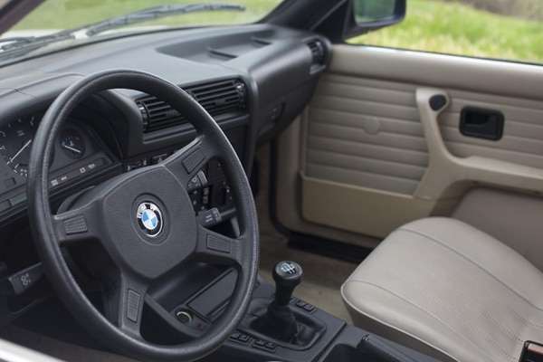 "The 318i's interior, apart from a few knocks here and there was in fantastic condition. (Amou ""Joe"" Seto/USC Annenberg Media)"