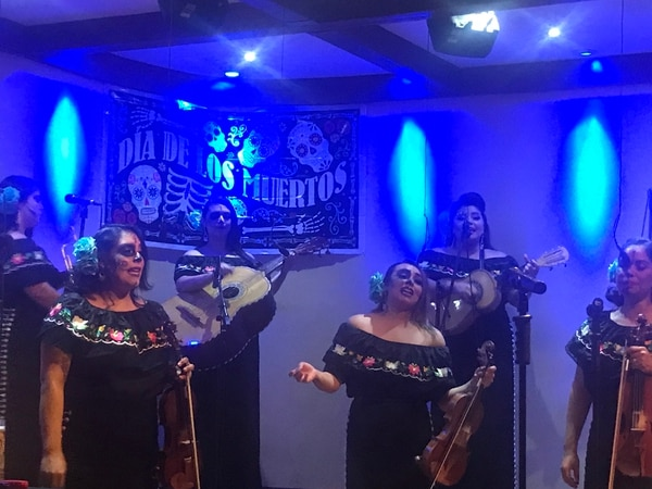 Mariachi Las Catrinas performing at La Fonda, a Mexican restaurant and mariachi performance space, during Día de los Muertos. (Photo by Diana Postolache)