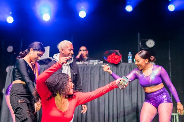 Students twerking on stage with USC alum Saweetie. ( Photo by Ling Luo )